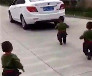 Trigêmeos perseguem o carro do pai que vai trabalhar e emocionam a web