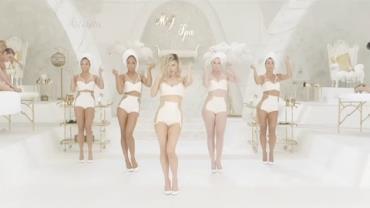 Fergie reúne time de mamães do mundo da moda em clipe