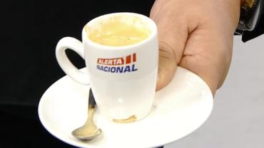 Sikêra Júnior dedica café para telespectadores e promete doar canecas
