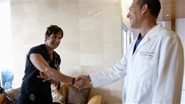 Dr. Rey apresenta equipe que garante a beleza das estrelas em Beverly Hills