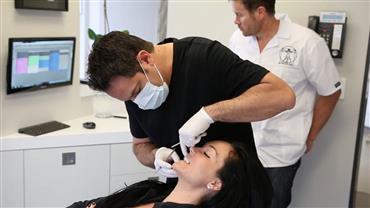 Ex-mulher de ator busca reconstrução dos dentes após se envolver com drogas