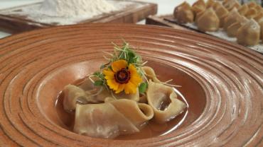 Faça tortellini ao brodo de legumes e bacalhau com farofa de frutas secas