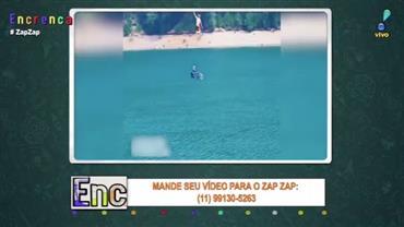 Voar, voar, subir, subir: homem dá salto impressionante no mar