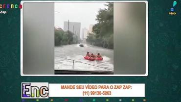 Homens aproveitam furacão para pegar onda em Miami
