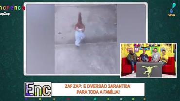 Frango vai passear na rua com roupa de criança