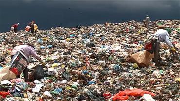 Veja como é o cotidiano dos catadores no maior lixão da América Latina