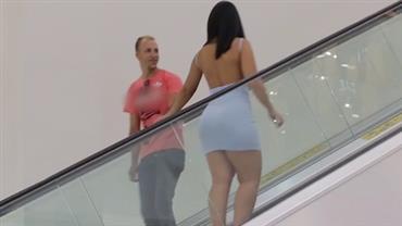 """Dupla testa reações após """"apalpada"""" em escada rolante"""