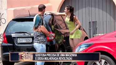 Morenaça pede ajuda para lavar o carro e deixa a mulherada furiosa