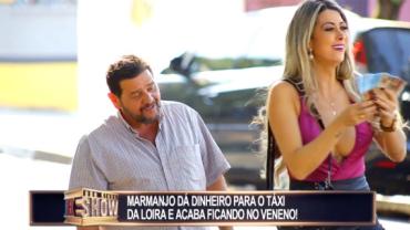 Homem dá dinheiro para o táxi da loira e fica com cara de trouxa