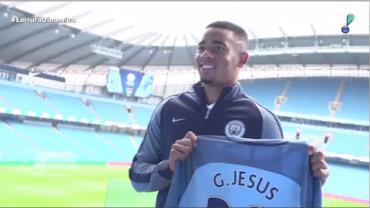 Gabriel Jesus posa com a camisa do City pela primeira vez