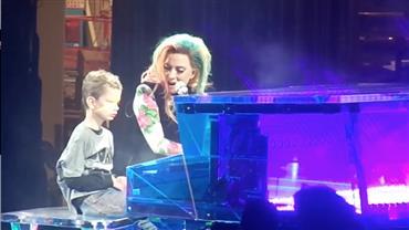 Lady Gaga divide o palco com fã autista de 12 anos