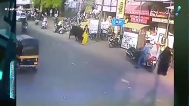 Câmera flagra o momento em que mulher é atacada por touro na Índia