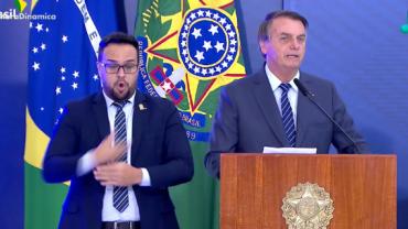 Em cerimônia, Jair Bolsonaro cogita decreto de livre circulação