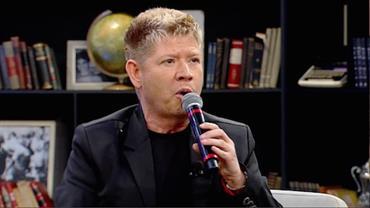 Roberto Leal declara seu amor a Chacrinha com imitação do apresentador