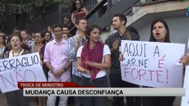 Troca de ministros causa protestos em Brasília