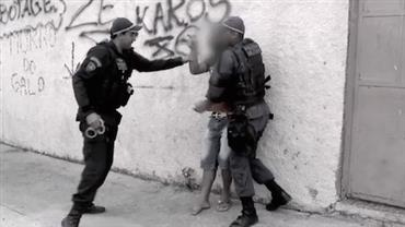 Suspeito reage e tenta agredir policiais ao ser detido