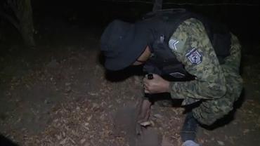 Policiais encontram armas e drogas enterradas em comunidade