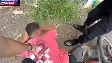 Motoqueiro vacilão cai ao fugir da guarda municipal