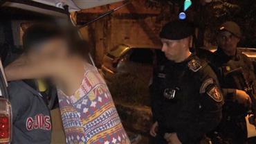 Esposa de traficante se desespera ao ver marido sendo preso
