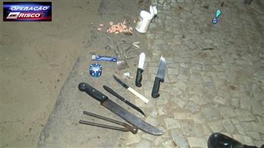 Suspeito é flagrado com facas e drogas na praia de Copacabana