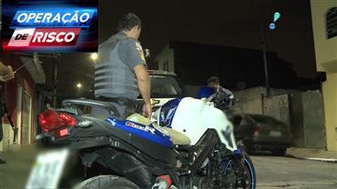Policiais encontram moto de luxo roubada dentro de comunidade