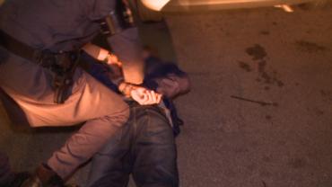 Assaltante tenta roubar carro usando arma falsa e termina preso