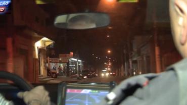 Polícia persegue ladrão em fuga com carro furtado