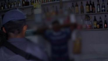 Bandido foragido que estava em bar se esconde da polícia atrás do balcão