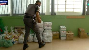 Policiais do 1º BAEP fazem doação de cestas básicas em Campinas (SP)
