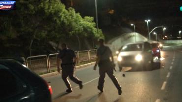 Motociclista é perseguido pela polícia e dispensa arma em via