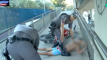 Suspeito é apreendido após tentar fugir com moto pela passarela