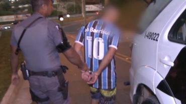 """Ladrão é pego com carro roubado e mente para a PM: """"Acabei de jogar bola"""""""