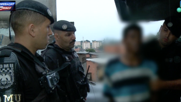 """Traficante é preso e rapaz chora após tentativa de fuga: """"Sou cliente"""""""