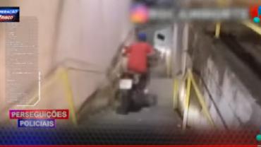 Em fuga alucinada, motoqueiro desce escadaria em alta velocidade