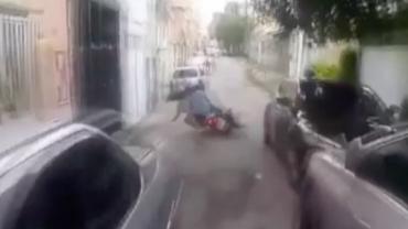 """Jovem em fuga com parceiro em moto provoca polícia: """"Acompanha nós"""""""