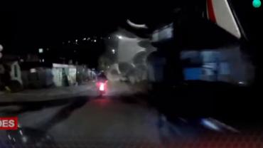 Garupa pula da moto em movimento durante perseguição