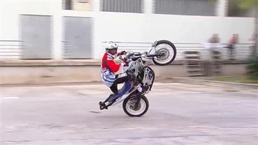Após superar acidente, piloto com prótese na perna dá show de manobras