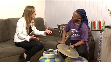 Artista cria projeto que ensina arte e música para centenas de crianças