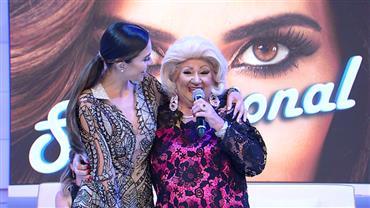 Dona Lívia encara transformação e vira sósia da estrela Hebe Camargo