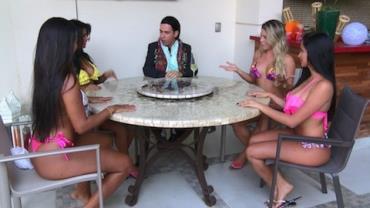 Vini Vieira faz gra�a com beldades do The Bachelor