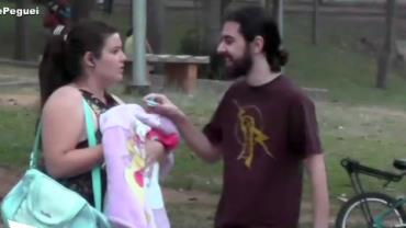 Mulher finge segurar bebê e dá buzinada em pedestres