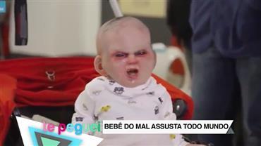 Bebê do mal assusta todo mundo que passa na rua