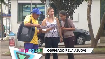 Carteiro folgadão pede para pedestres entregarem correspondência