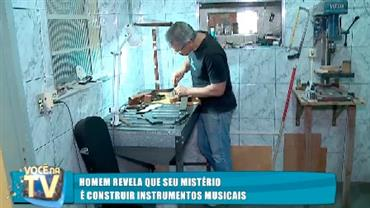 Homem revela que seu mistério é construir instrumentos musicais