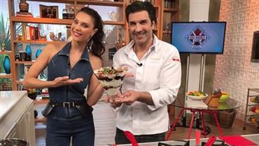Júlia Pereira aprende receita de sobremesa para a Páscoa com Edu Guedes