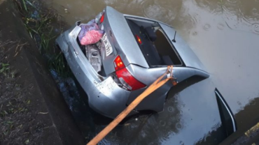Carro cai em um rio após acidente e mata três na BR-476