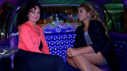 Gaby Amarantos 'para' o tr�nsito em passeio de limousine com Faa Morena
